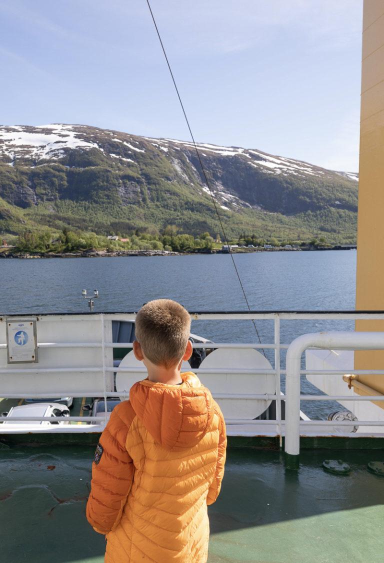 Ha på jakken en kjølig forsommerdag. Fra ferga Nesna-Levang © Kathrine Sørgård