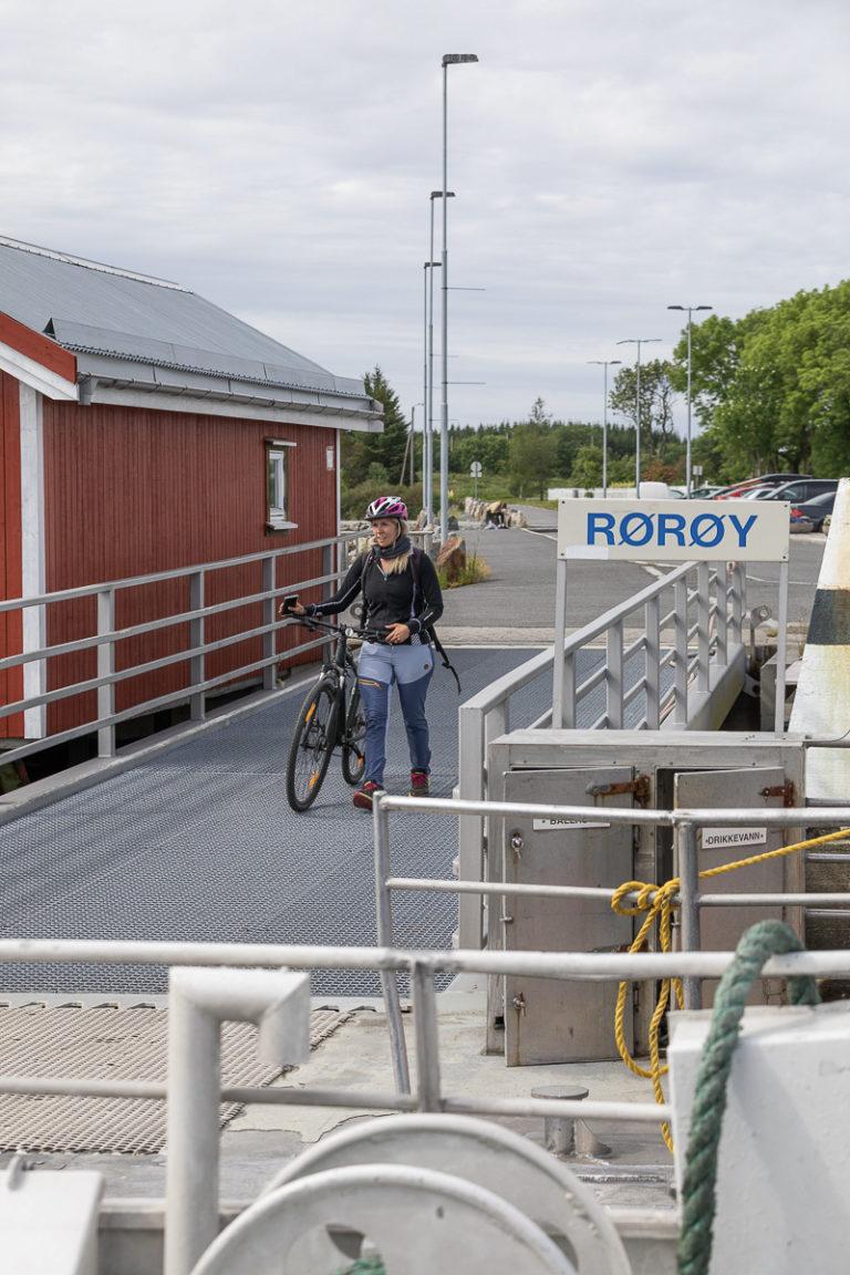 En syklist vil bli med fra Rørøy på Vega © Kathrine Sørgård