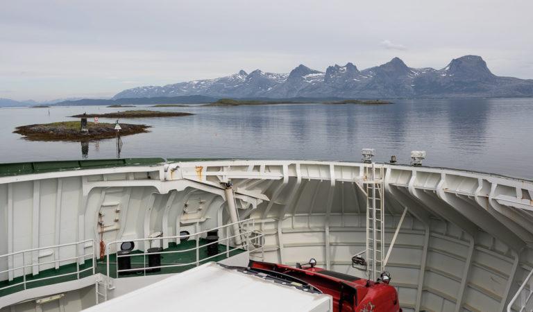 Ferga fra Herøy til Alsta har flott utsikt til De syv søstre © Kathrine Sørgård