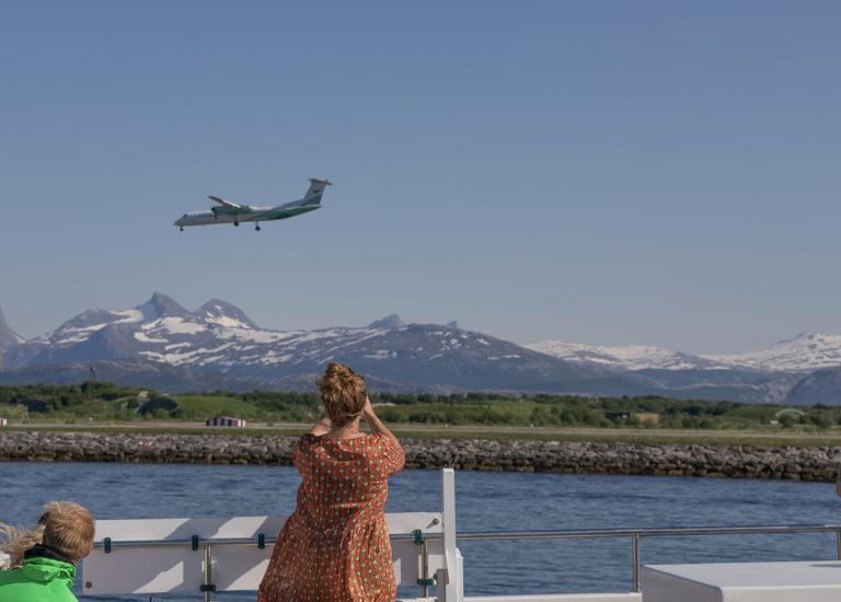 Widerøe lander på Bodø hovedflyplass. Sett fra hurtigbåten på vei syd © Kathrine Sørgård