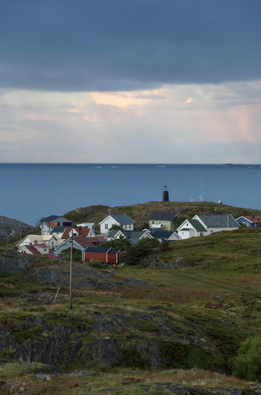 Husene gjemmer seg mellom knausene på Myken © Kathrine Sørgård