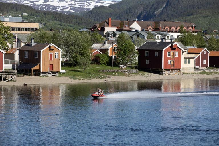 VVefsna, Fru Haugans Hotel i bakgrunnen og gamle hus i Sjøgato i forgrunnen © Kathrine Sørgård