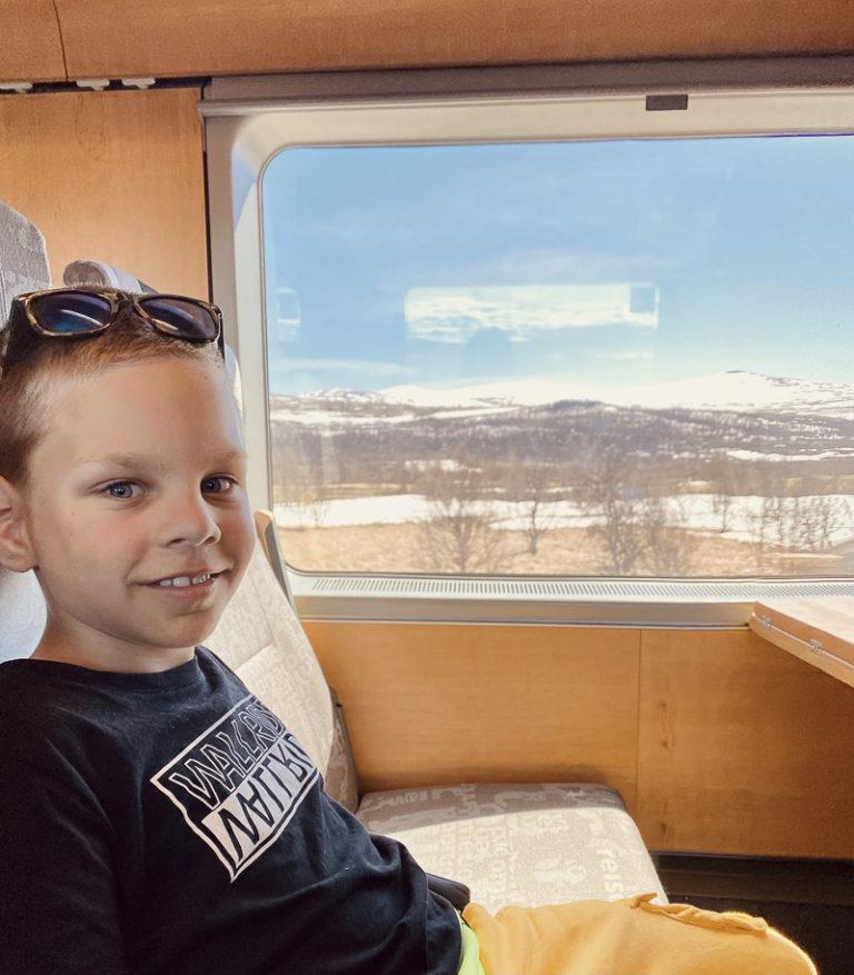 Ung mann på eventyr langs Nordlandsbanen © Kathrine Sørgård