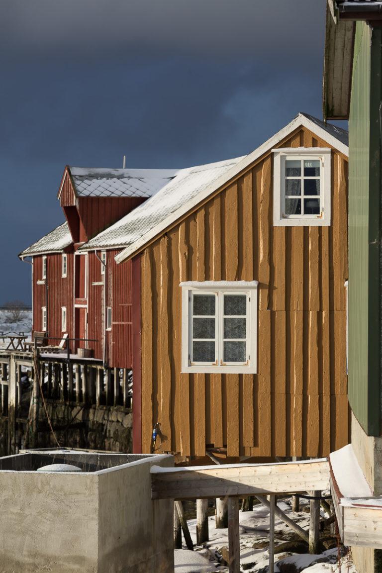 Oker og bonderødt, de gamle fargene, i den smule havna på Støtt © Kathrine Sørgård