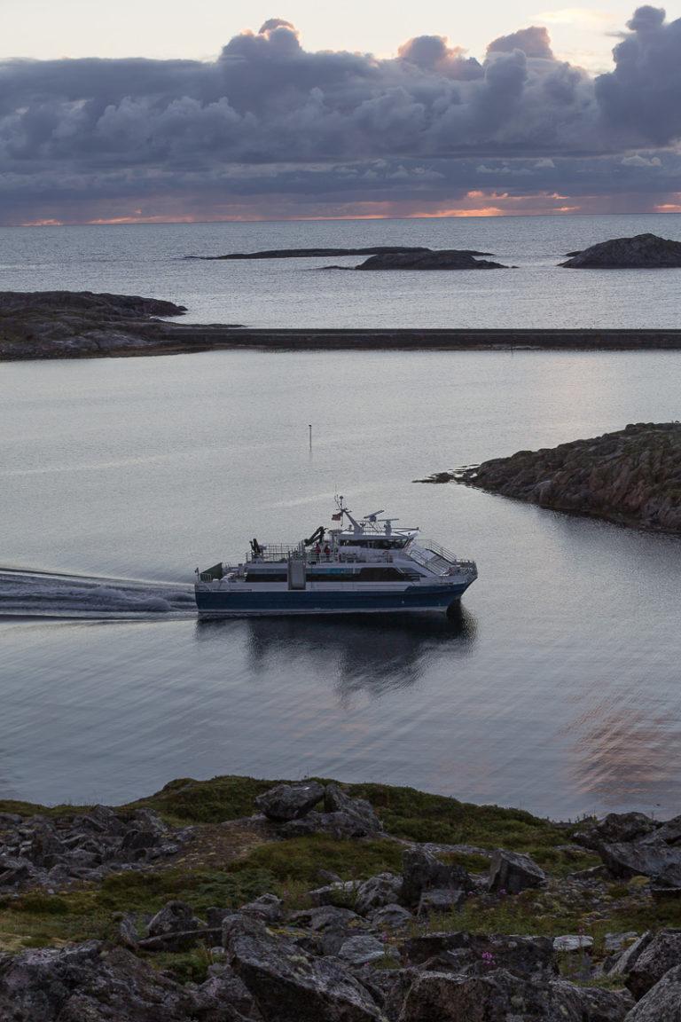 Nordlandsekspressen rir inn i solnedgangen. Sett fra en knaus på Myken, lengst ute i havet © Kathrine Sørgård