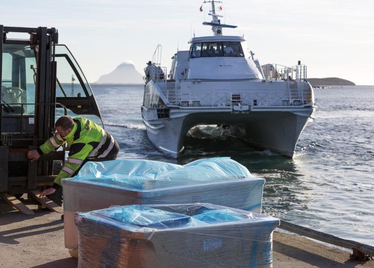 Ekspeditøren skynder seg med lasta før hurtigbåten legger til på Onøy © Kathrine Sørgård