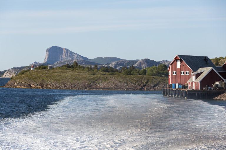 På vei ut fra Selsøyvik, med Rødøyløva i bakgrunnen © Kathrine Sørgård