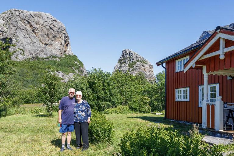 Blide sommerturister som har aner fra gården på yttersida av Tomma © Kathrine Sørgård