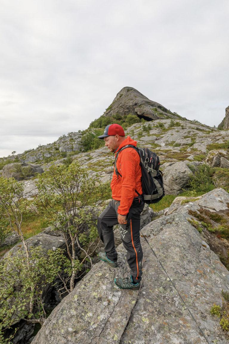 Utforsker ura på yttersiden av Tomma med ørne-guide Hans-Petter Sørensen © Kathrine Sørgård