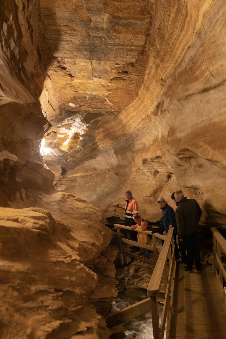 Grønligrotta er en verden av berg, stalaktitter og fosser. Og samtidlig lett å gå i © Kathrine Sørgård