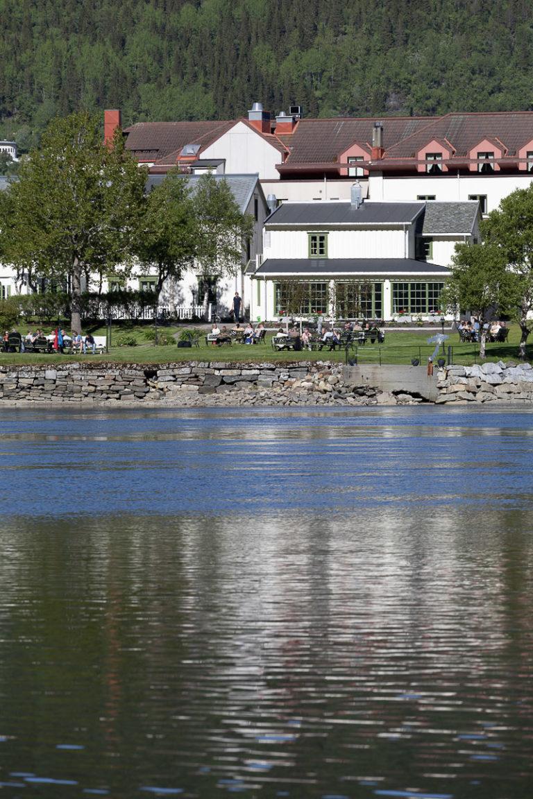 Hotellhagen er stedet for utekaffe på varme dager i Mosjøen © Kathrine Sørgård