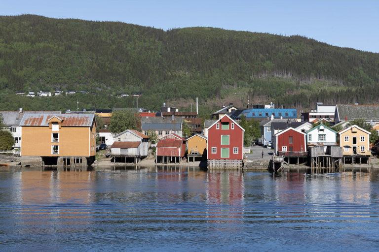 Bryggene ligger på rekke og rad mellom Sjøgato og Vefsna © Kathrine Sørgård
