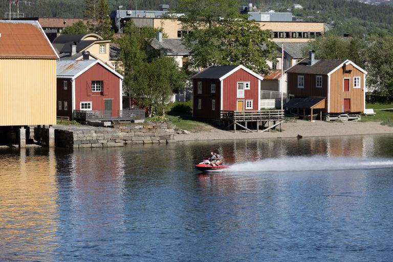 Sjøgata, Sjøgato på væfsning, er en langstrakt gate langs Vefsna med smug og avstikkere ned mot elva og opp i bakgårdene. Hele gata er en kompakt trehusbebyggelse fra 1800-tallet. Så ligger det mer moderne Mosjøen bak © Kathrine Sørgård