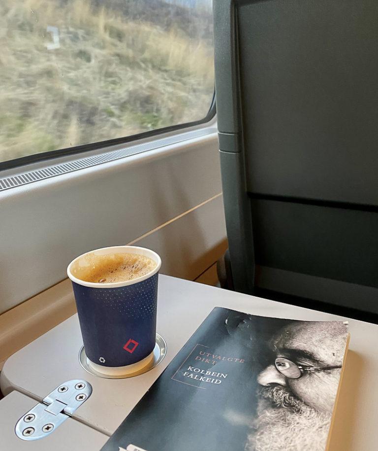 Kaffe og dikt mens landskapet stryker forbi © Kathrine Sørgård
