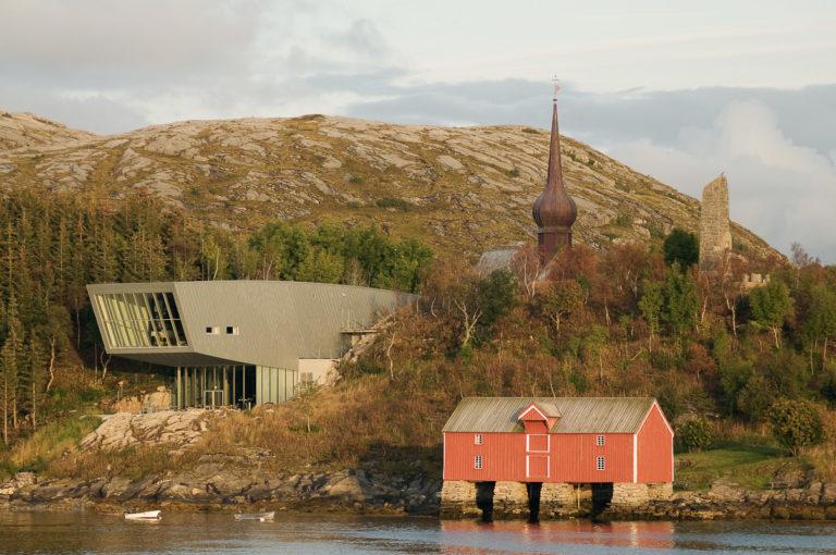 Petter Dass-senteret, løkkuppelen på Alstahaug kirke og Petter Dass-monumentet @ Erlend Haarberg