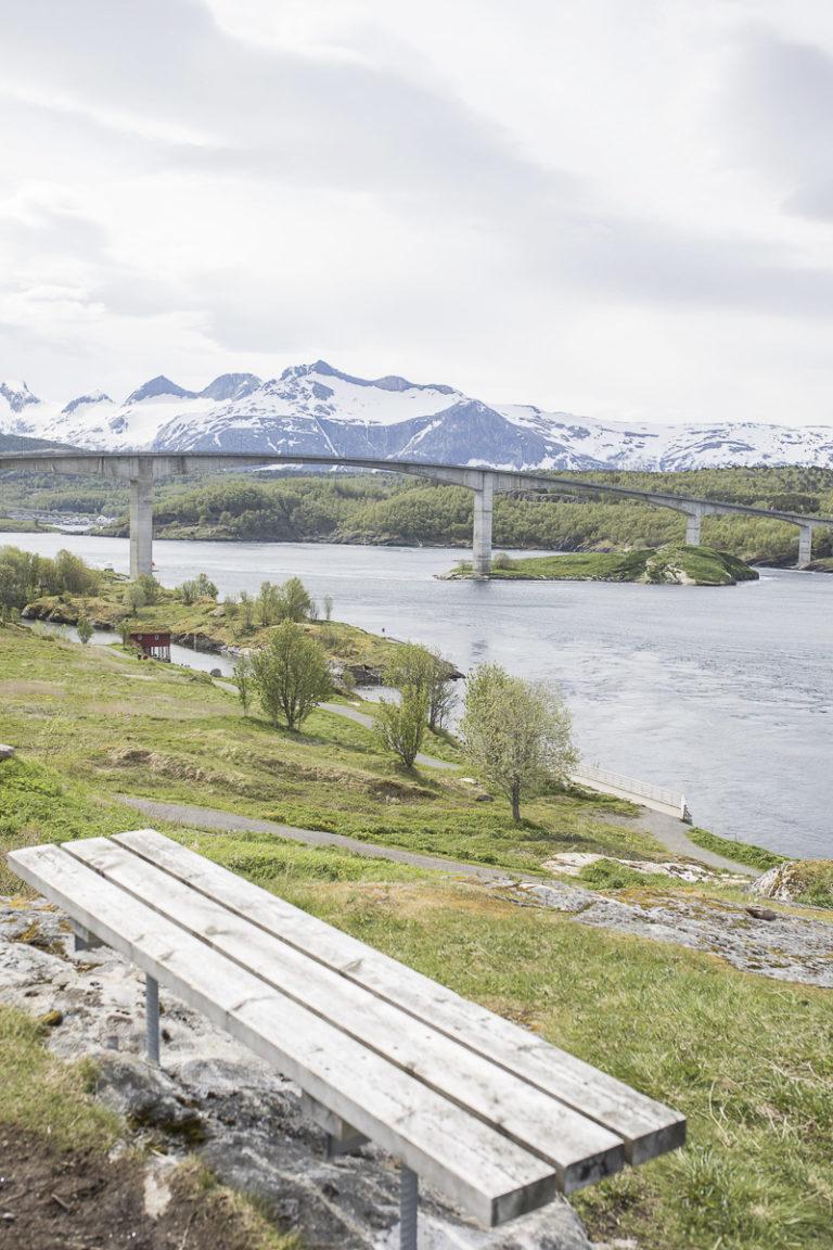 Benk med utsikt til straumen, brua og Børvasstindan  © Kathrine Sørgård