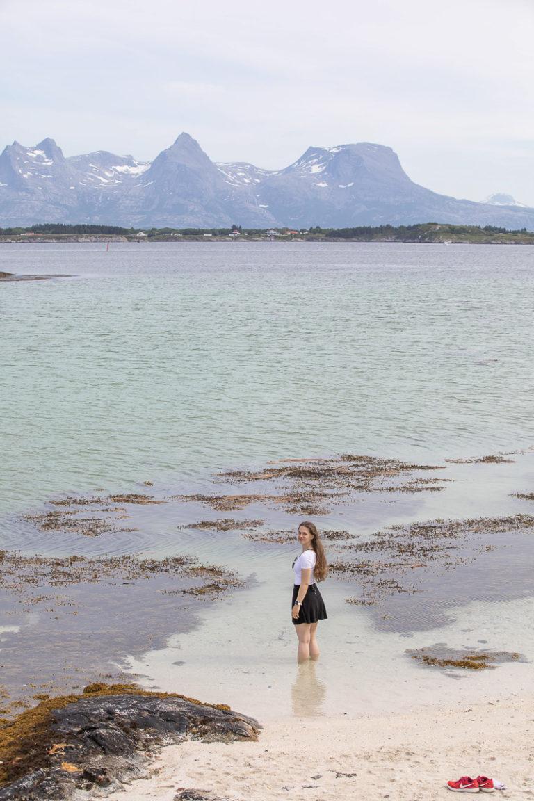 Kjøle føttene med søstrene i det fjerne © Katrine Sørgård