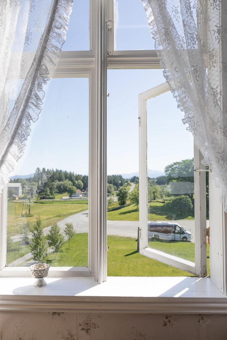 Utsikten fra rommet på Dønnes gård © Kathrine Sørgård