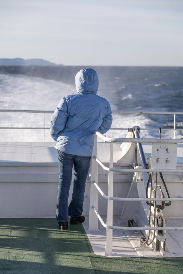 På med jakka selv midt på sommeren på hurtigbåten © Katrine Sørgård
