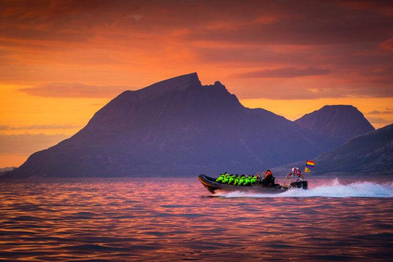 Ettergøden fra et kortvarig solefall fargesetter Eventyrkysten med et heftig fargespill @ Hans-Petter Sørensen / Visit Nesna