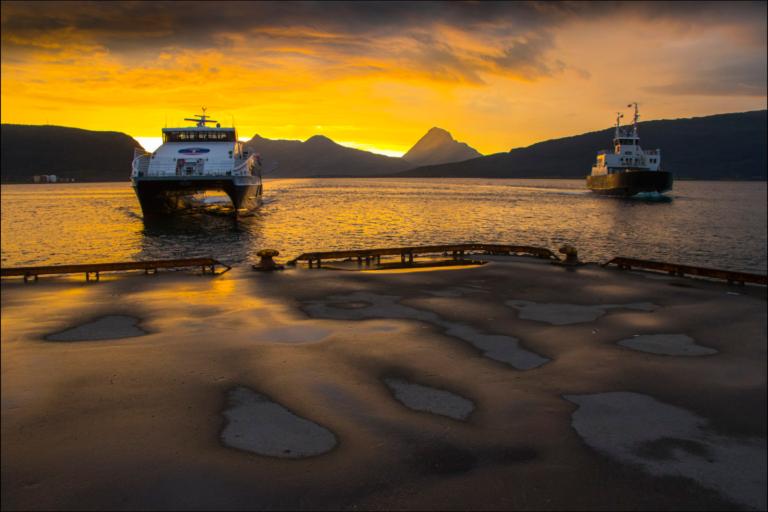 Hurtigbåt og ferge anløper Nesna @ Hans-Åpetter Sørensen / Visit Nesna
