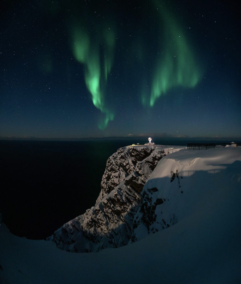 Aurora dives down into the northeastern horizon © Viktor Andreas Olsen
