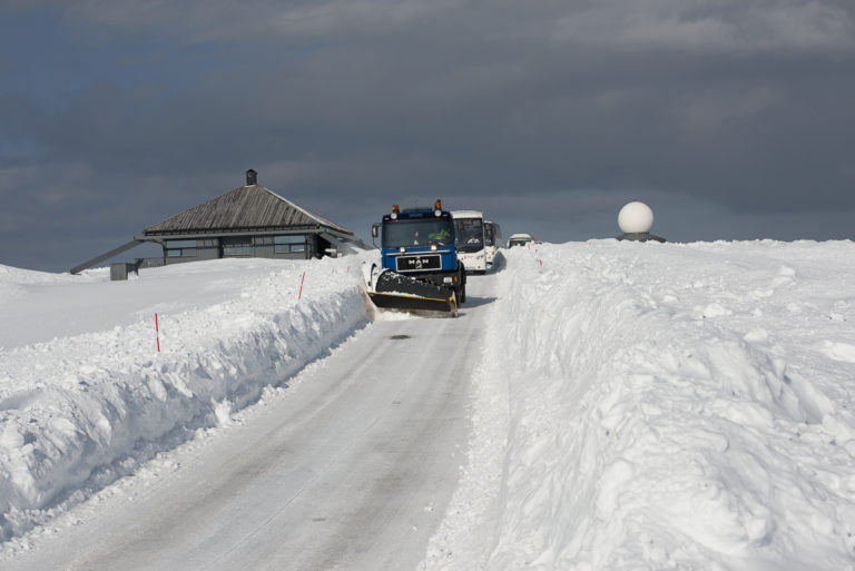 Sunny trip returning from the North Cape to Skarsvåg. Even if the weather is really nice, there is no driving without a plough. One never knows when bad weather strikes © Morten Broks