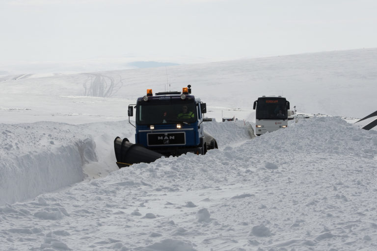 A powerful snow plough drives in the front, and then the tourist coach follows. Safe fun! © Morten Broks