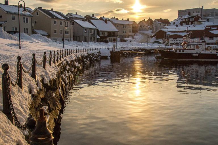 Well dressed up you can walk along Vågen port and enjoy the winter weather © Honningsvåg Bilder ved Kjell Bendik Pedersen