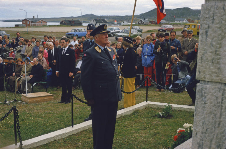 King Olav laying down flowers during his 1983 visit. This is a moment of importance to the partisans. At this point, many of them were still alive.