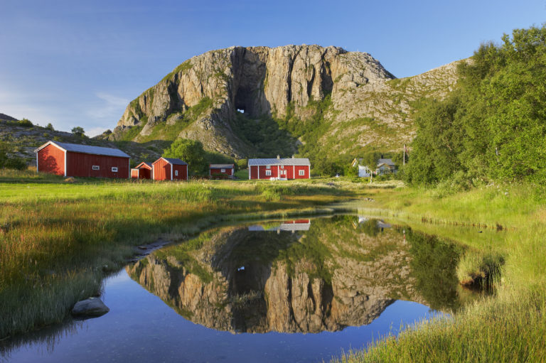 Nordlandshus ved Torghatten nær Brønnøysund, Nordland. Foto: Bård Løken