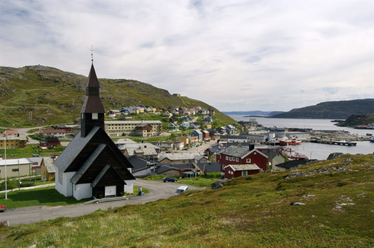 Oversikt over Havøysund med sin kirke fra 1960, tegnet av Espen Poulsson © Bjarne Riesto