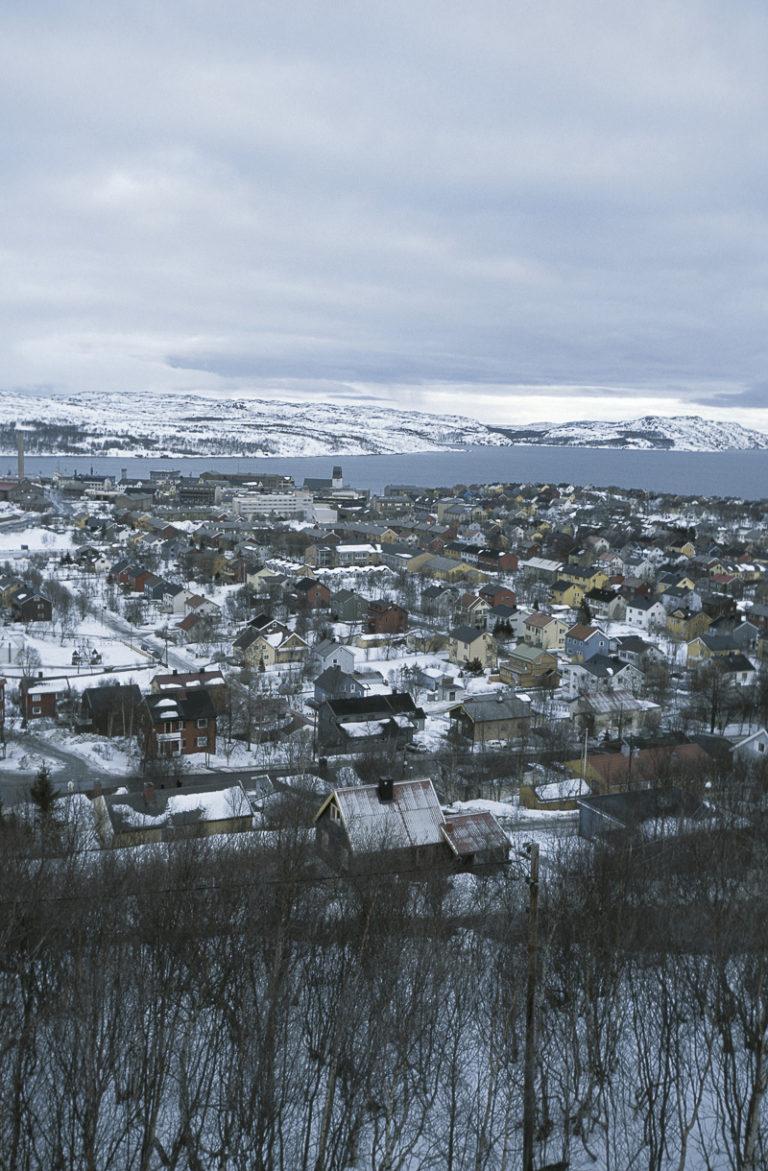 UItsikt over Kirkenes, med rettlinjede gater og fargerike gjenreisningshus © Terje Rakke/Nordic Life