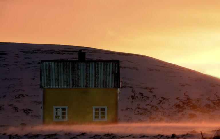 Anne Olsen-Ryum tar bilder av de fargerike, enkle gjenreisingshusene i det nakne landskapet på Sørøya © Anne Olsen-Ryum