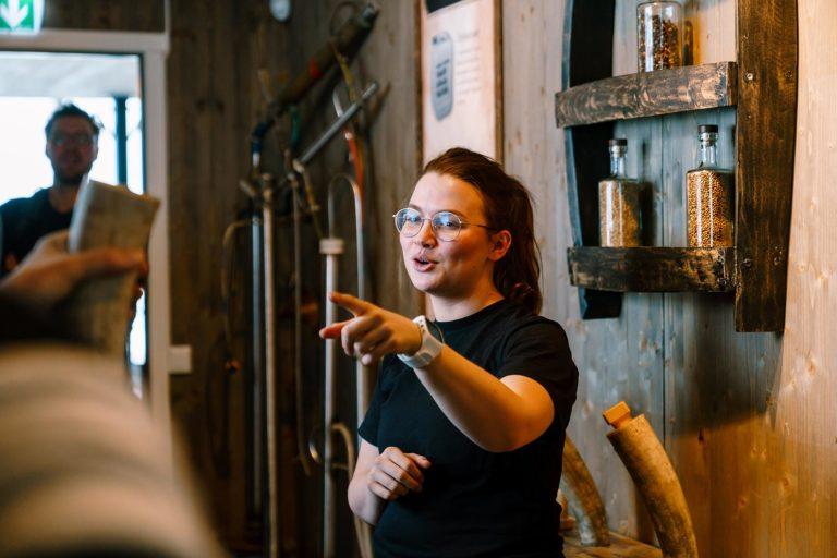 En av våre kvalifiserte medarbeidere veileder deg gjennom prosessen med produksjon av ulike typer brennevin som vodka, akevitt, gin og whisky på verdens nordligste destilleri. Foto: Aurora Spirit