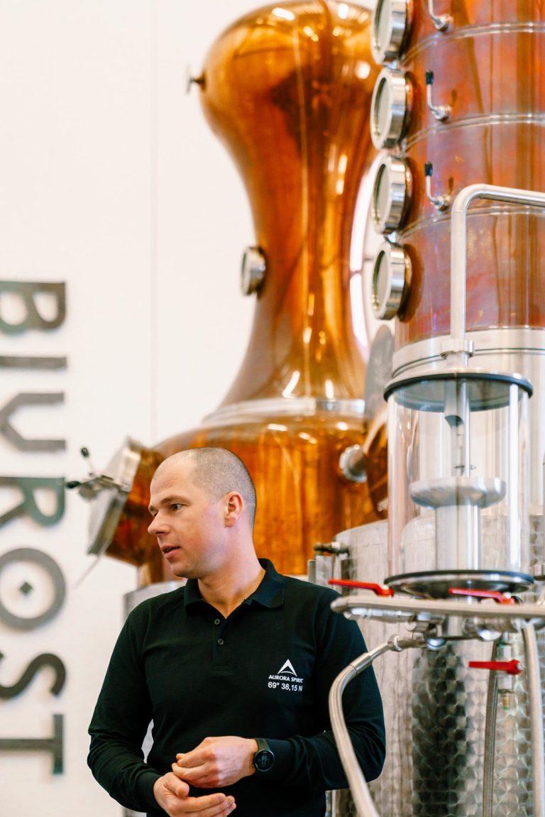 Destilleriet er åpent for besøkende, og tilbyr guidede turer og smaksopplevelser. Foto: Aurora Spirit