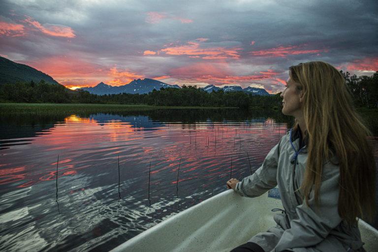 Båt på vannet i kveldstund. Foto: Moski Gård
