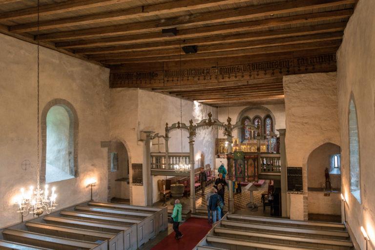 Interiør fra Trondenes kirke. Korskillet er fra 1700-tallet, og i koret står de tre gotiske alterskapene © Dag Roland