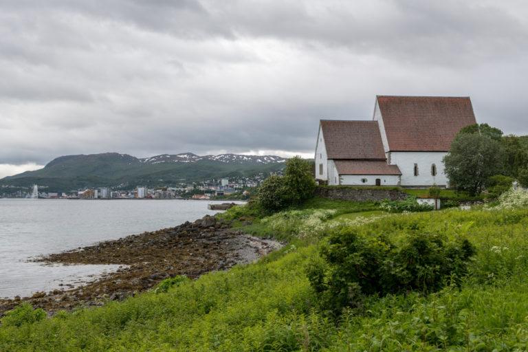 Trondenes kirke sett fra nord inn mot Harstad © Dag Roland