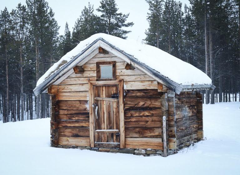 Stall fra gårdstun fra Jávrebainjárga. Dette er kanskje det best bevarte tradisjonelle gårdstunet i Finnmark © Paula Rauhala/SVD