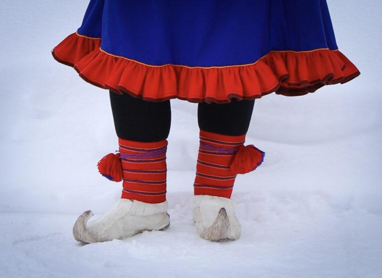 Tradisjonelle vuoddagat (skallebånd) med mønster vevd på samisk vis, og holbi (koftekant) på gákti (kofte), begge fra Karasjok-området © Paula Rauhala/SVD
