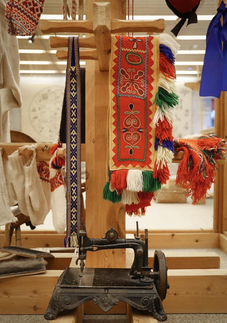 De samiske samlinger stiller ut både tradisjonelt og moderne samisk håndverk © Paula Rauhala/SVD