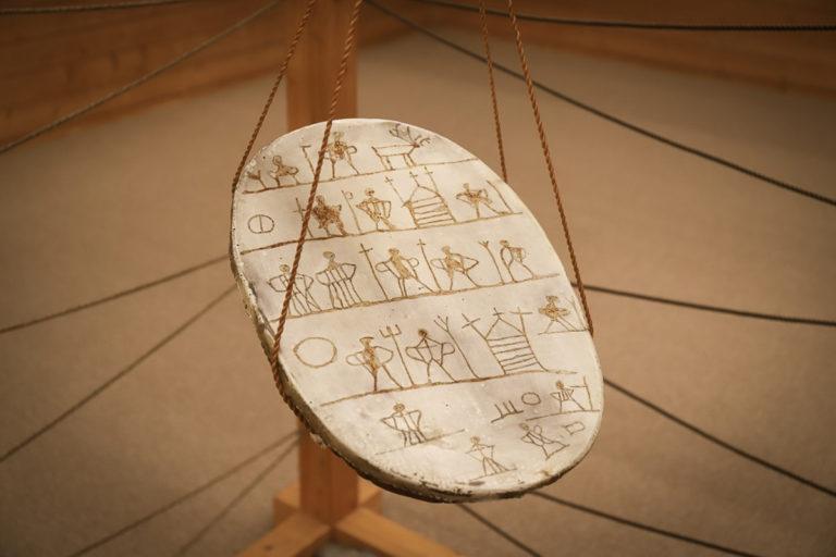 Kopi av en goavddis, samisk tromme, brukt av den berømte samiske noaidi'en Anders Poulson. En noaidi var en samisk spirituell leder og helbreder © Paula Rauhala/SVD