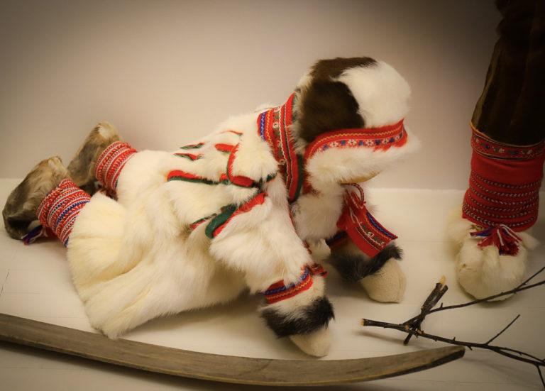 Vinterpesk, beaska, laget av reinsdyr og geitepels © Paula Rauhala/SVD