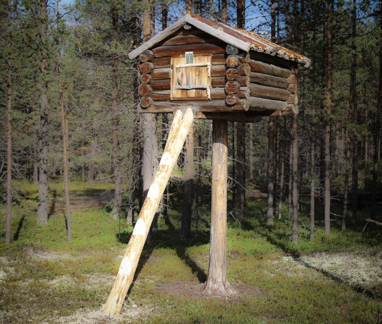 Njalla, en bod på en stolpe, for å hindre plyndring fra ville dyr © Jelena Porsanger