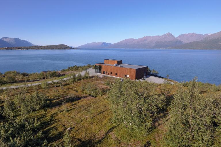 Omkranset av Lyngsalpene, Lyngenfjorden og utsikt til det arktiske landskapet og nordlyset, er beliggenheten spektakulær. Foto: Aurora Spirit