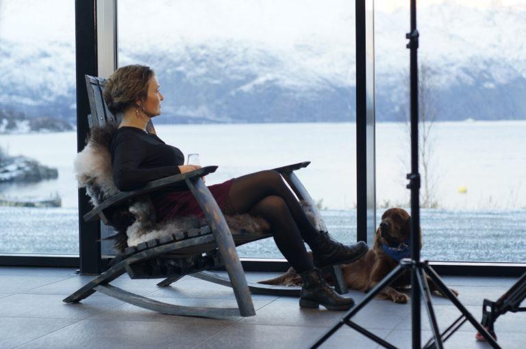 Her kan du slappe av i visningssenteret og nyte utsikten over Lyngen-Alpene. Foto: Aurora Spirit