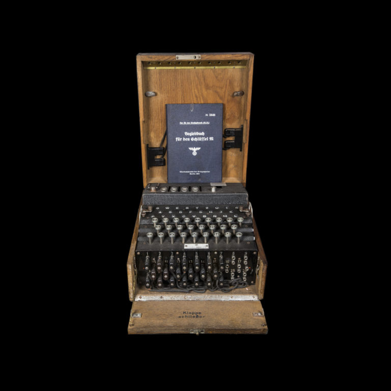 Enigma kodemaskin. Under det første Lofotraidet kommer soldater over deler til en Enigma kodemaskin. Dermed får de allierte nok en viktig brikke til arbeidet med å knekke tyskernes koder.