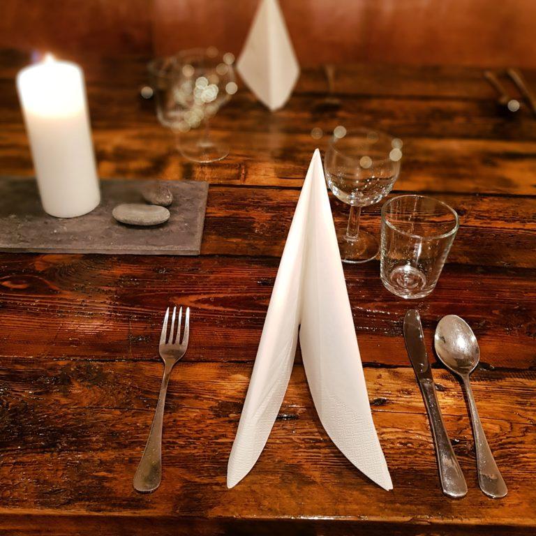 V i har spisesal / kafe med sitteplass for rundt 20 spisegjester i tillegg til at man kan velge å sitte i resepsjonen som har plass for ytterligere 25 personer.Foto: Marmelkroken
