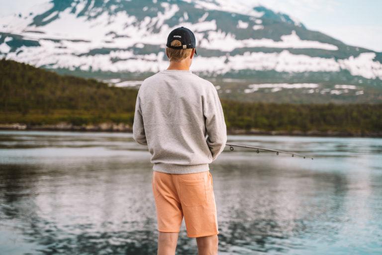 Mann som fisker på Hella. Foto: Mina Taaje